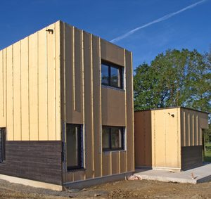 Maison en bois et toit plat.
